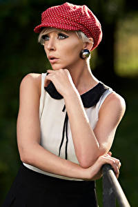 Hintergrundbilder Blondine Posiert Hand Starren Schminke junge frau