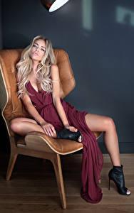Fotos Blond Mädchen Sitzt Kleid Sessel junge frau