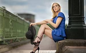 Hintergrundbilder Blond Mädchen Sitzend Hand Der Hut Bein Stöckelschuh Unscharfer Hintergrund Mädchens
