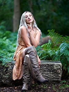 Fotos Blondine Sitzend Bein Stiefel Kleid Blick