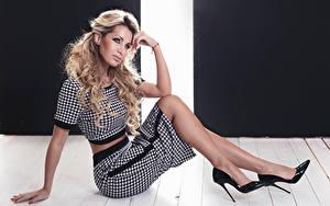 Fotos Blond Mädchen Sitzen High Heels Rock Blick Mädchens