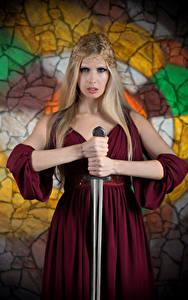 Bilder Blond Mädchen Schwert Hand Kleid Starren Mädchens