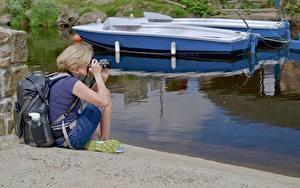 Hintergrundbilder Boot Blondine Photograph Rucksack Sitzt Mädchens