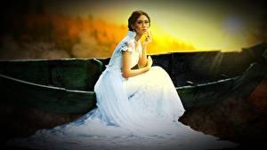 Fotos Boot Braunhaarige Kleid Braut Sitzen junge frau