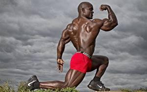 Bilder Bodybuilding Mann Neger Posiert Shorts Rücken Muskeln Sport