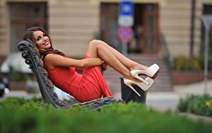 Hintergrundbilder Unscharfer Hintergrund Bank (Möbel) Braunhaarige Lächeln Kleid Hand Bein High Heels junge frau
