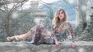 Fotos Unscharfer Hintergrund Blond Mädchen Kleid Hand Bein Stöckelschuh Ast Pose junge frau
