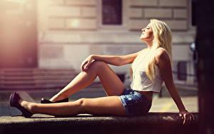 Bilder Unscharfer Hintergrund Blondine Shorts Sitzen Hand Bein