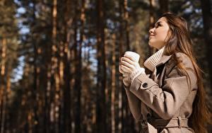 Fotos Unscharfer Hintergrund Braune Haare Mantel Hand Becher Seitlich Mädchens