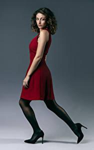 Fotos Posiert Kleid Bein High Heels Blick Bou junge Frauen