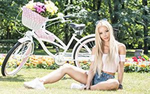 Hintergrundbilder Sträuße Blondine Sitzend Fahrräder Weidenkorb Starren Hübsch Mädchens
