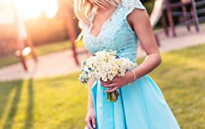 Hintergrundbilder Sträuße Unscharfer Hintergrund Blondine Hand Kleid Mädchens