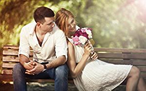 Bilder Sträuße Paare in der Liebe Mann Bank (Möbel) Sitzend 2 Braune Haare Lächeln Mädchens