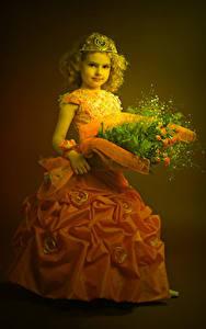 Fotos Sträuße Krone Kleine Mädchen Model Kleid Kinder