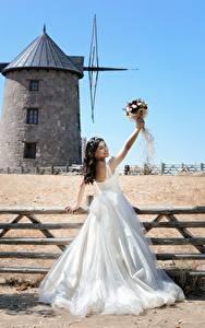 Hintergrundbilder Blumensträuße Zaun Windmühle Brünette Kleid Bräute Heirat junge frau