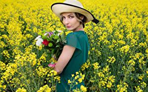 Hintergrundbilder Sträuße Felder Raps Der Hut Blick Kleid Alena junge Frauen