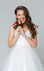 Hintergrundbilder Sträuße Grauer Hintergrund Braune Haare Bräute Lächeln Kleid
