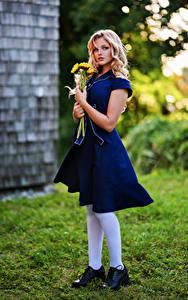 Hintergrundbilder Sträuße Blond Mädchen Kleid Blick Hannah