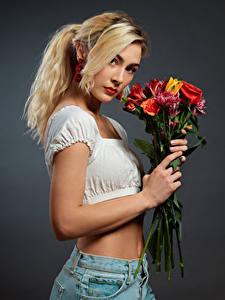 Fotos Blumensträuße Blond Mädchen Starren Grauer Hintergrund Jenny Mädchens