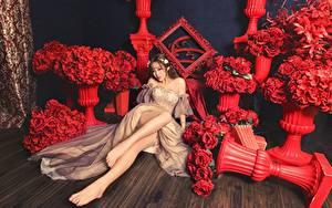 Bilder Blumensträuße Rose Asiatische Rot Braune Haare Kleid Sitzend Bein Mädchens