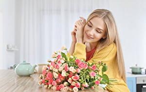 Hintergrundbilder Sträuße Rosen Blond Mädchen Lächeln Sitzend Mädchens