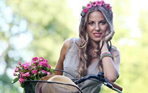 Hintergrundbilder Sträuße Rosen Unscharfer Hintergrund Kranz Der Hut Fahrräder Hand Haar Starren Dunkelbraun Frisuren junge frau Blumen