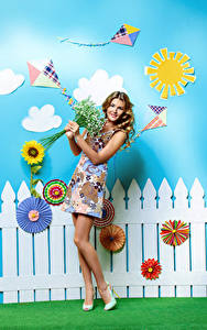 Fotos Sträuße Frühling Kleid Zaun Lächeln Braune Haare