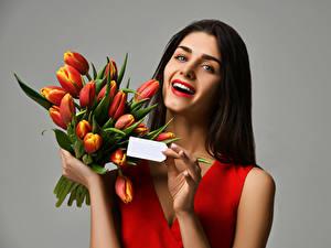 Hintergrundbilder Sträuße Tulpen Grauer Hintergrund Braunhaarige Glücklich Mädchens