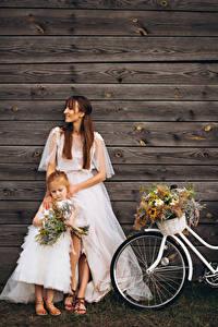 Fotos Blumensträuße Mauer Bretter Zwei Braunhaarige Kleine Mädchen Bräute Kleid junge Frauen Kinder