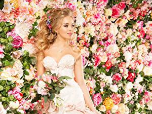 Fotos Blumensträuße Trauung Bräute Kleid Starren Mädchens