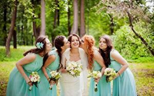 Fotos Sträuße Hochzeit Bräute Lächeln Küssen Hand Kleid Rotschopf Braunhaarige Mädchens
