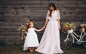 Hintergrundbilder Sträuße Bretter Brautpaar Zwei Kleine Mädchen Braune Haare Kleid Kinder