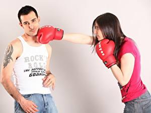 Fotos Boxen Mann Schlag Handschuh Unterhemd Tätowierung 2 junge Frauen