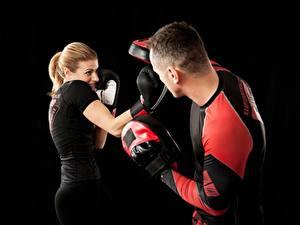 Fotos Boxen Mann Körperliche Aktivität Zwei Schwarzer Hintergrund Handschuh Mädchens