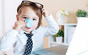 Fonds d'écran Garçon Tasse Lunettes Cravate Voir enfant