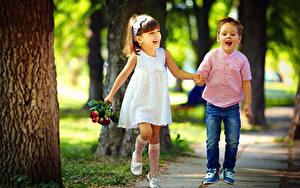 Bilder Junge Kleine Mädchen Zwei Lächeln Kleid Jeans Freude Kinder