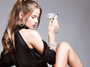 Hintergrundbilder Armband Grauer Hintergrund Braune Haare Ohrring Hand Weinglas junge Frauen
