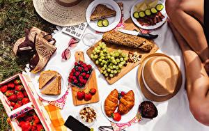 Hintergrundbilder Brot Croissant Messer Beere Weintraube Erdbeeren Picknick Der Hut Schneidebrett Geschnittene Brille High Heels Teller das Essen