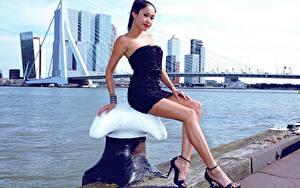 Hintergrundbilder Brücken Asiatische Brünette Kleid Sitzt Hand Bein High Heels junge frau