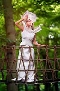 Desktop hintergrundbilder Brücke Pose Kleid Hand Blick junge frau