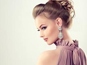 Bilder Brillant Hübsche Grauer Hintergrund Frisuren Ohrring Schminke Model Mädchens