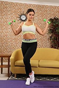 Fotos Brook A Only Fitness Uniform Hand Bein Sportschuhe Posiert Hantel junge Frauen