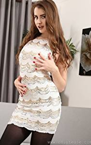 Hintergrundbilder Brook Logan Braune Haare Hand Kleid Posiert junge frau