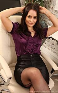 Bilder Brooke Ashleigh Sekretärinen Sessel Sitzt Starren Hand Braune Haare