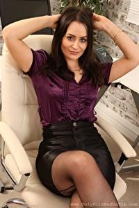 Bilder Brooke Ashleigh Sekretärinen Sessel Sitzt Starren Hand Braune Haare junge frau
