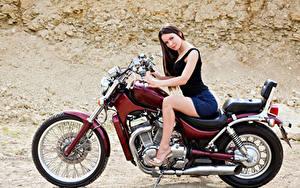 Bilder Braune Haare Motorradfahrer Sitzend Motorrad Mädchens
