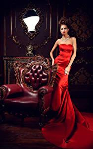 Hintergrundbilder Braune Haare Sessel Kleid Spiegel Luxus Mädchens