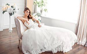 Fotos Braunhaarige Brautpaar Kleid Sitzend Mädchens