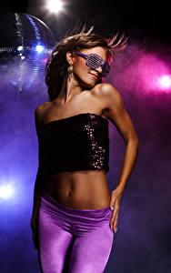 Fotos Braunhaarige Tanzen Brille Bauch Hand Glamour junge frau