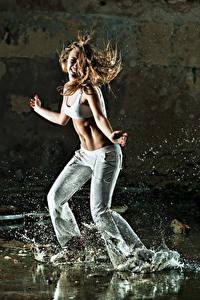 Bilder Braunhaarige Tanz Hand Spritzwasser Mädchens